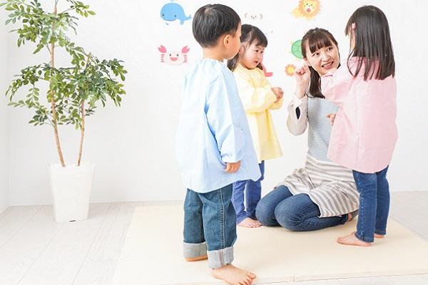 保育士と遊ぶ子ども