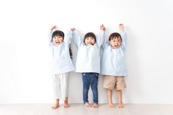 手を挙げて遊ぶ子ども
