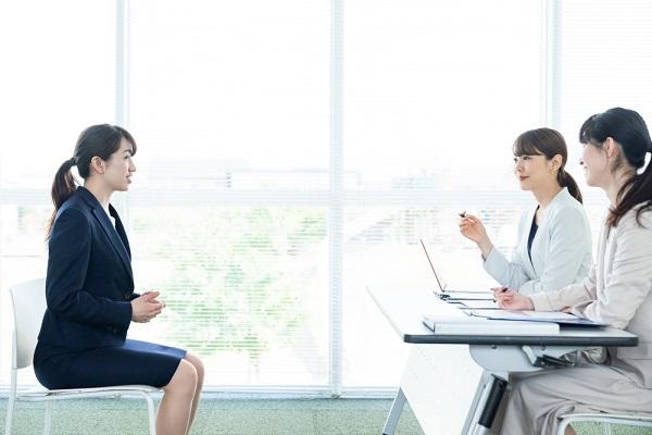 自己紹介する就活中の女性