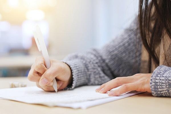 レポートを書いている女子大生