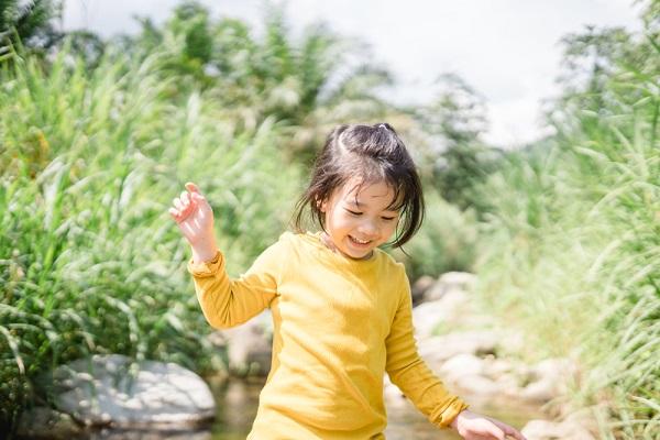 運動する5歳くらいの子ども
