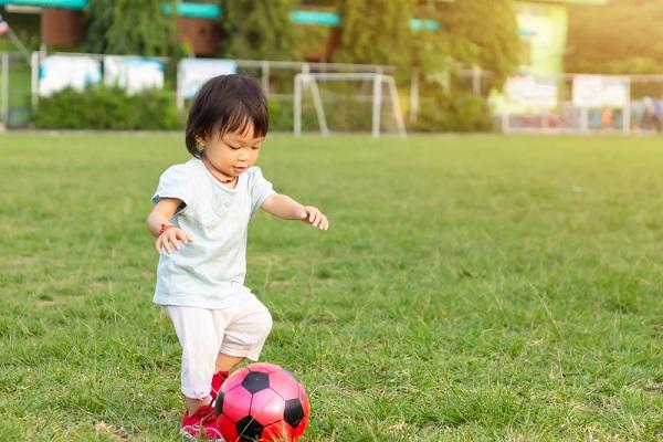 運動する2歳くらいの子ども