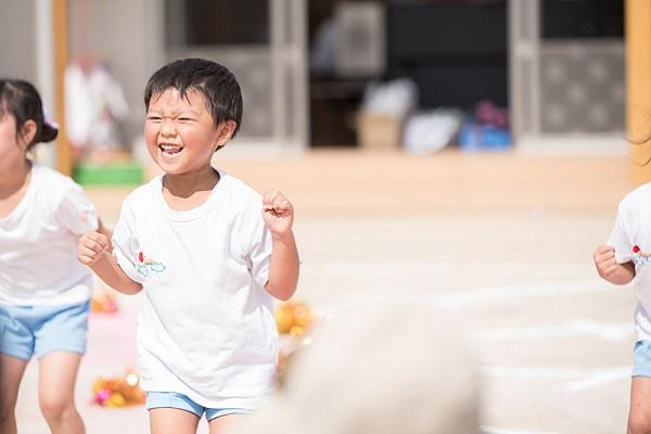 保育園で運動する子ども