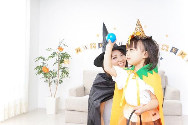 ハロウィンパーティーを楽しむ子ども