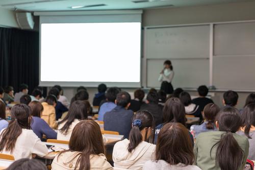 保育士のキャリアアップ研修制度とは。受講条件や処遇改善とその実態