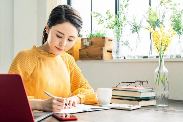 ペンを持っている女性の画像