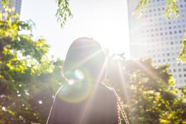 光を浴びている女性