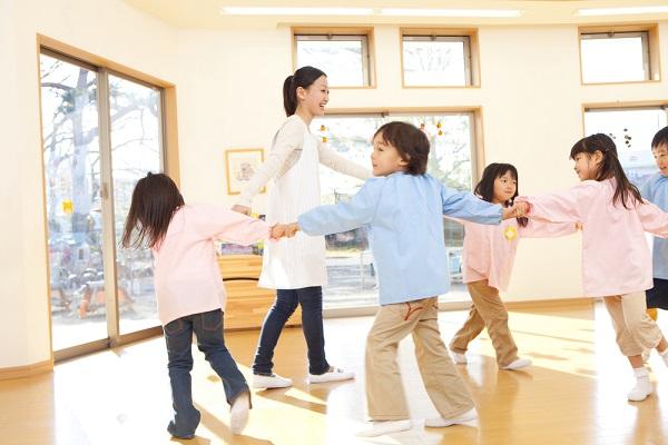 保育園で遊ぶ先生と子ども