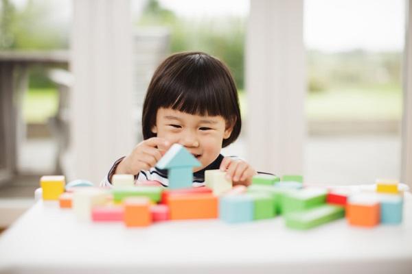 積み木のおもちゃで遊ぶ子ども