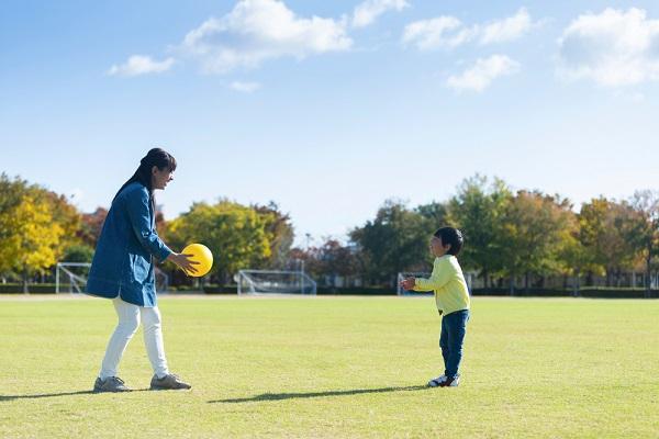 ボールで遊ぶ大人と子どもの写真