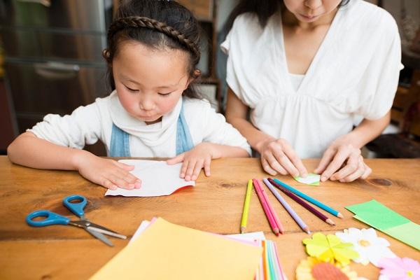折り紙を楽しむ子どもの写真