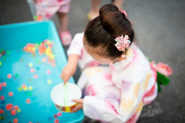夏祭りを楽しむ女の子