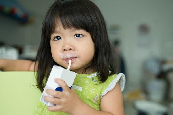 牛乳パックを持つ女の子