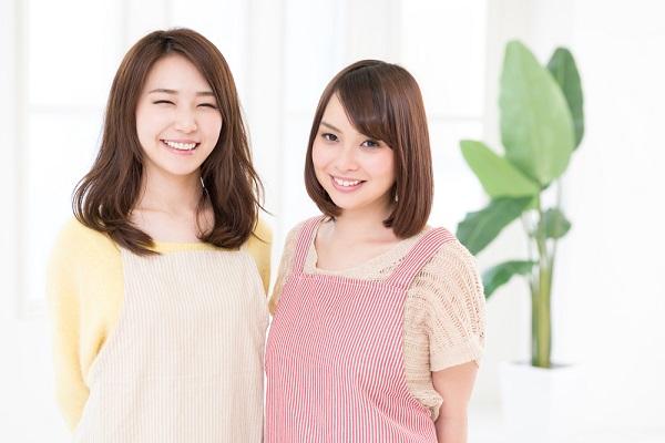 エプロンを着た女性2人