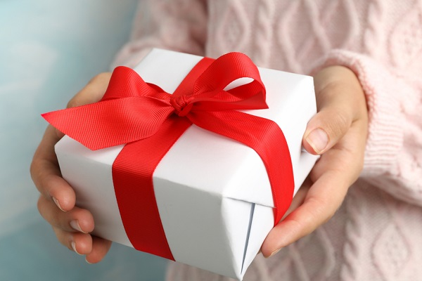 プレゼントを渡す写真