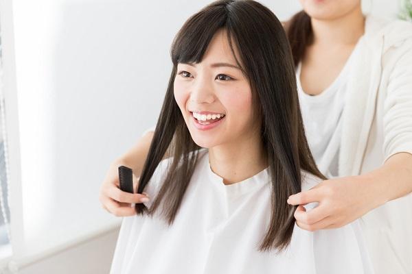 髪の毛を整える女性