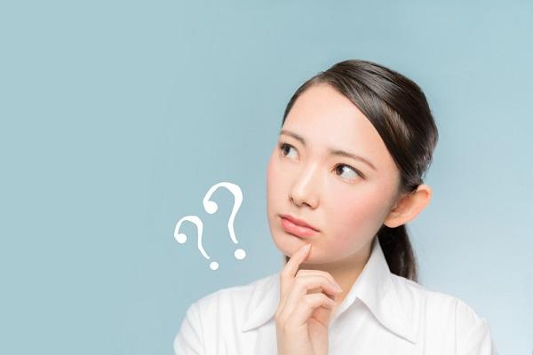 保育士登録について考える女性の写真