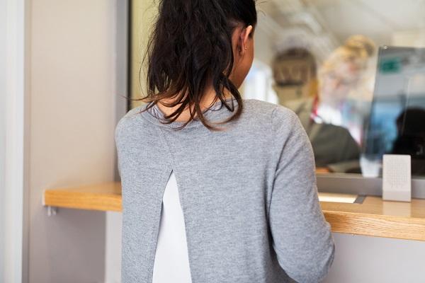 窓口で復帰支援の申請を行う女性の写真