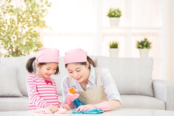 掃除をする保育士と子どもの写真