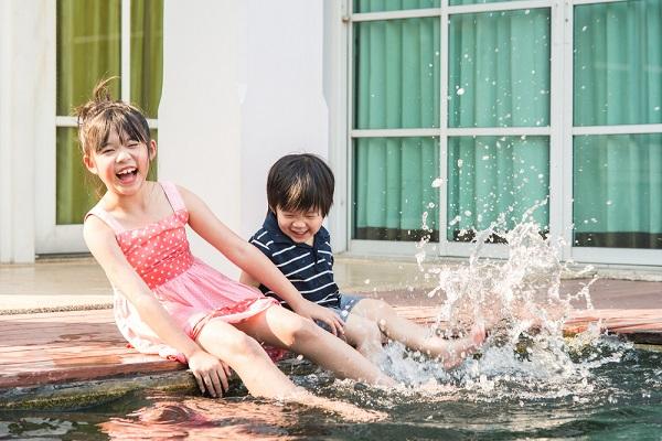 水遊びをする子ども
