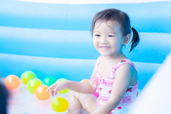 水遊びで使える簡単手作りおもちゃ。0歳児から5歳児までの年齢別のアイデア