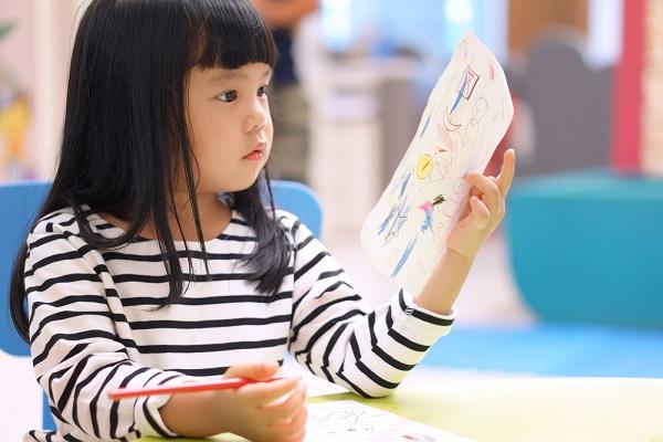 絵を書いている子ども