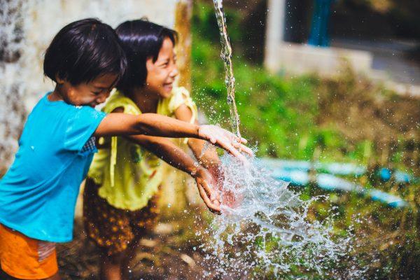 保育園で取り入れられる、水遊びゲームのアイデア。おもちゃいらずの遊びなど
