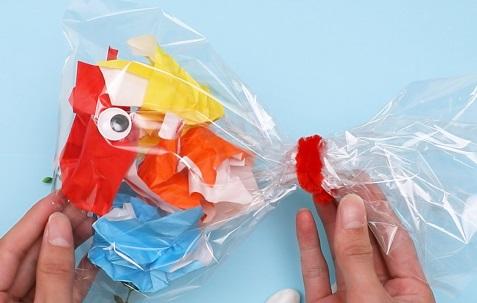 【動画】透明な袋をつかって金魚を作ってみよう