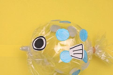 【動画】透明なポリ袋にシールを貼って、ふぐを作ってみよう