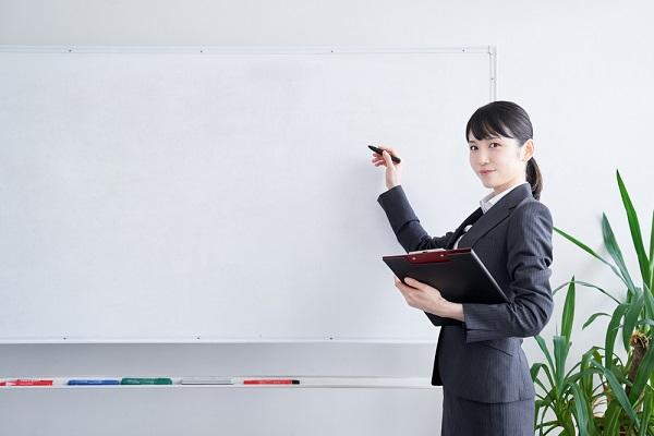 研修を行っている女性の写真