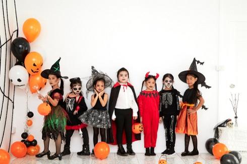 保育園の手作りハロウィン衣装。魔女やドラキュラに変身しよう