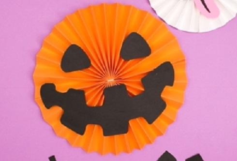 【動画】画用紙一枚で簡単にできる、ハロウィンの壁飾り