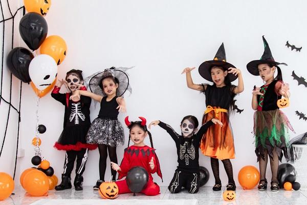 保育園でのハロウィンをさらに盛り上げる手作り衣装。魔女のマントやかぼちゃのお面など