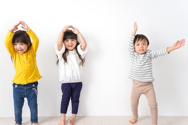 幼児向けの室内遊び。運動遊びやゲームなど、ねらいや年齢ごとのアイデア