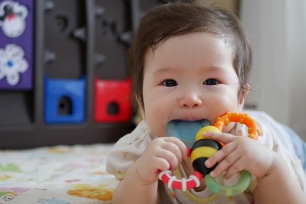 0歳児向けの室内遊び。ねらいや保育で役立つ遊びのアイデア