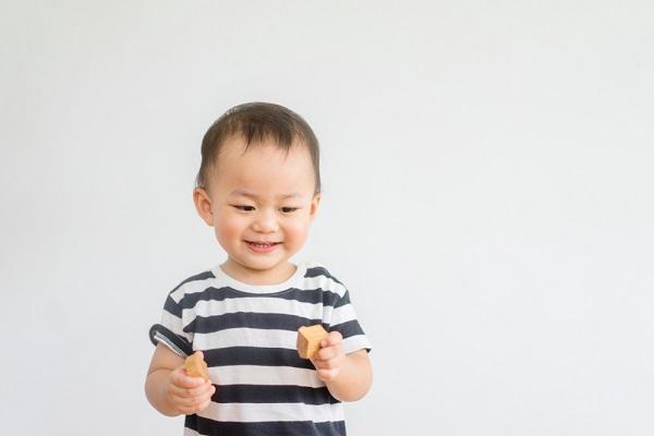遊んでいる1歳児の写真