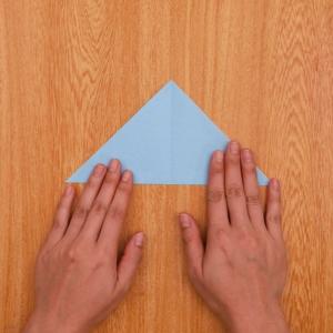 折り紙でつくる雪の結晶 折り紙を三角に2回折り、1回折りの状態に開く工程