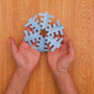 折り紙でつくる雪の結晶 カットした折り紙を開いてできあがり