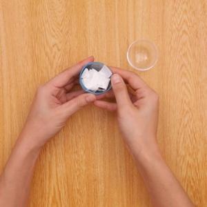 おきあがりこぼし ビー玉が動かないようにクラフトテープで固定する工程