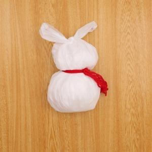 ビニール袋の雪だるま 袋に毛糸を結ぶ工程