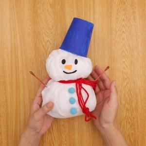 ビニール袋の雪だるま 雪だるまの頭に紙コップをのせてできあがり