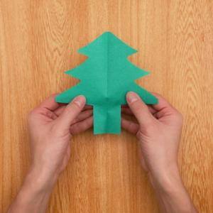 クリスマスの切り絵 形に沿ってカットして開く工程