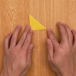 クリスマスの切り絵 折り紙を三角に2回折る工程