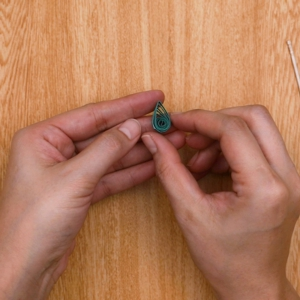 ペーパークイリングでクリスマスツリー 爪楊枝で巻いた画用紙を雫の形にする工程