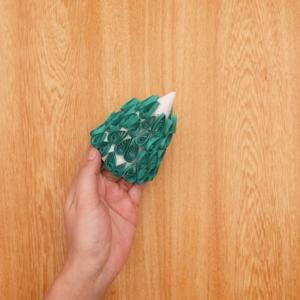 ペーパークイリングのクリスマスツリー 雫の形を貼り合わせたものを円錐状の画用紙に貼り付けていく工程