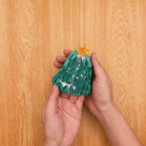 ペーパークイリングのクリスマスツリー 同じ工程で星を作って組み合わせたらできあがり