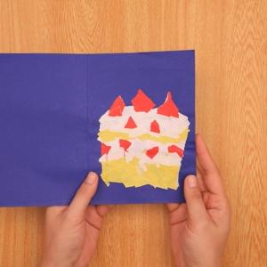 ちぎり絵のクリスマスカード 作りたいものをイメージしながらちぎった折り紙を貼っていく工程