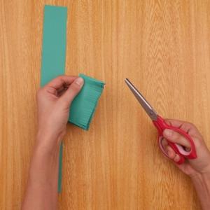 クリスマスリース 2回折った画用紙に切り込みを入れる工程