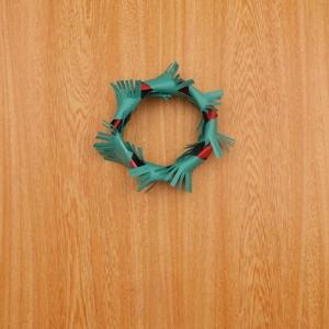 クリスマスリース 輪にした画用紙に切り込みを入れた画用紙を巻く工程