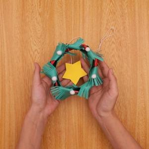 クリスマスリース 星やコットンボールを装飾してできあがり